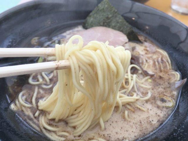 九州屋台熊本ラーメン大門 黒ラーメンの麺写真