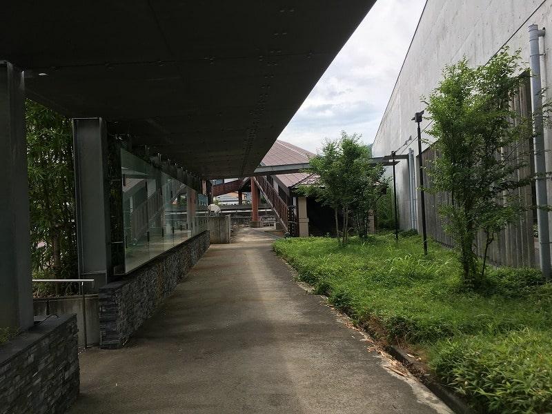 飛騨古川駅 駐車場からの通路